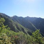 遠く中央に宝剣岳、左端に木曽駒ヶ岳