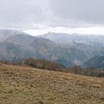 綿向山山頂から雨乞岳と右に鎌ケ岳