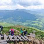 尾瀬ヶ原と燧ヶ岳をバックに登るメンバー