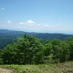 12. 駒ケ岳山頂から見える小浜?の海。