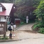 ①上日川峠登山口と長兵衛小屋