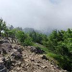 ②雷岩と雲がかかる稜線
