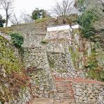 自然の岩の上に石垣を置いている