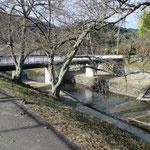最後はこんな感じ 出発地はこの川の左岸です。この橋を渡ったところに神社が有ります。 橋を渡って右に進むと駐車地です。