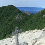 巻き道から駒津峰と六方石、奥には中央アルプスと御嶽山