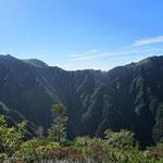 主稜線から西に張り出した美しい稜線の先に三ノ沢岳