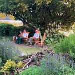 Nach der Arbeit ist gut Ausruhen in der schönen Sitzecke, finden Siegrid, Hugo und Joachim