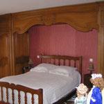 Conception, réalisation et pose d'une boiserie style Louis XV. Ensemble mobilier réalisé en bois de chêne teinté et ciré en patine antiquaire.