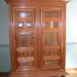 Armoire Louis XIV réalisée en bois de merisier et bois de noyer. Ce meuble est réalisé dans le plus grand respect des traditions. Les panneaux sont réalisés en bois de frêne. La finition de l'armoire est effectuée à base de cire d'abeille déposée à chaud