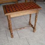 Table desserte réalisée en bois de merisier. Piètement en bois tournés. Détails du plateau de marqueterie réalisé selon une inspiration de l'ébéniste Reisener.