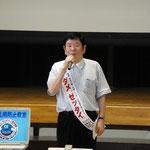 薬物乱用防止教室で挨拶する川津会長
