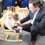 Kai Seefried probierte mit seiner Tochter die Kinderstühle aus.