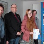 Urkundenübergabe und Gratulationen für die Siegerin 2. Lehrjahr