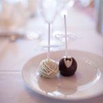 """Jeder auf der Party bekam solch einen Cake Pop. Die Herren einen dieser """"Kuchen an Stiel"""" in Bräutigam-Optik. Die Damen einen in Braut-Optik"""