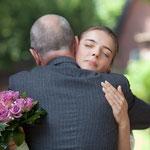 Eine herzliche Umarmung von Brautvater