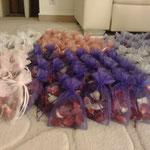 Wir haben 200 Tütchen mit Rosenblättern gefüllt - damit jeder Gast nach der Kirche Rosenblätter streuen konnte