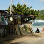Bomba Shak Bar ist eine Surfer-Kneipe die nicht nur dubios aussieht sondern auch ebenso dubiose Drinks verkauft