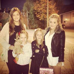Jüngere Schwestern Fizzy, Phoebe und Daisy, Lottie