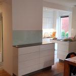 Küche/Garderobe_Hochglanz_Weiß_Glas_Mineralwerkstoff