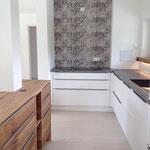 Küche mit Insel_Eiche schwarz gespachtelt/Weiß
