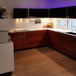 Küche_Mineralwerkstoff/Palisander/Glas