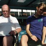 Trainer und Schwimmerin