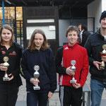 Pokale für beste Leistung, Judith Fobbe, SV Nienhagen, Alina v. Bestenbostel MTVE, Jonas Reinhold SV Nienhagen, Patrick Heske CSC