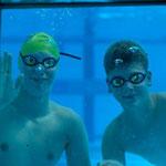 Julius (re) mit Oskar vom TSV Wietze unter Wasser