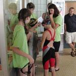 Katja Wahl, hinten links, betreut ihre Schwimmer