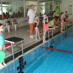 Trainer Hinze mit seinen Schwimmern