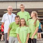 Trainer Dieter mit Julius, Antonia, Vanessa und Max