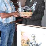 Schirmherr Bürgermeister Walter Schauer gratulierte zum 25-jährigen Jubiläum und überreichte ein Präsent an den Bio-Landwirt Ferstl.  Foto: Ludwig Dirscherl
