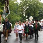 Der Jubelverein marschierte vorne weg, über 20 Vereine folgten.