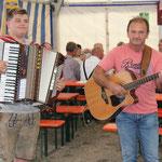 Das Duo Merlin kommt aus Wernberg-Köblitz und besteht aus Vater und Sohn und legte mit einer Polka los.