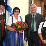 Schützenmeister Ludwig Dirscherl und Stellvertreterin Nicole Schmidt bedankten sich beim Ehepaar Schauer.