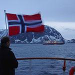 ein norwegischer Passagier hat extra für die Schiffsbegegnungen eine Fahne mitgebracht