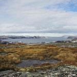 Blick über die Landschaft und einen teil von Kirkenes, die Stadt liegt links hinter dem Hügel verborgen