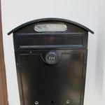 玄関ポストもダイヤル式で開閉します。