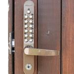 ダイヤル式の玄関キーは防犯のため定期的に番号を変更しております。