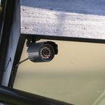 玄関には防犯カメラが設置されており24時間作動しております。