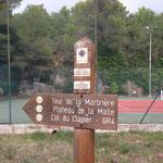 Le départ du GR à gauche du terrain de tennis