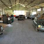 Dans un autre hangar, une réserve de voiture en attente