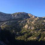 Derrière moi, le massif de Marseilleveyre