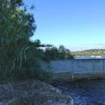 Murs de la propriété se prolongeant jusque dans la mer