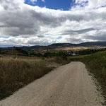 En haut de la dernière montée je découvre Puente-la-Reina