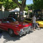 Une Cadillac et une Ferrari