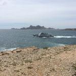 Un bateau visitant les calanques