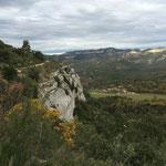 Je longe des corniches rocheuses avec Pichauris au fond de la vallée