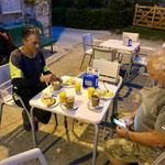 Un français et un allemand retrouvés lors de la halte matinale du petit déjeuner