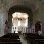De la musique grégorienne dans l'église de Lacommande